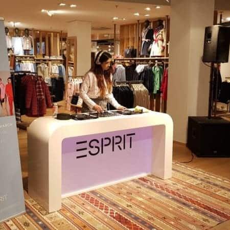 Witte DJ booth voorzien van tijdelijke Esprit Branding