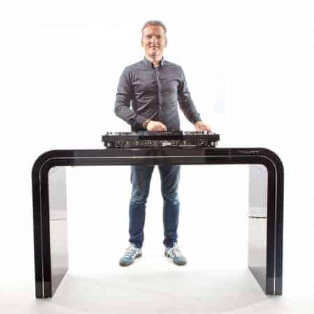 Verhuur zwart hooglans DJ-meubel. Inclusief Pioneer XDJ-RX
