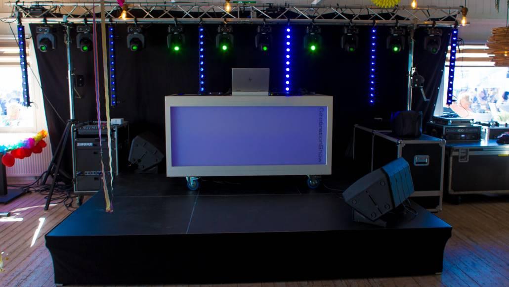 DJ Booth voor feestavond tijdens Beachvollebal toernooi TATA