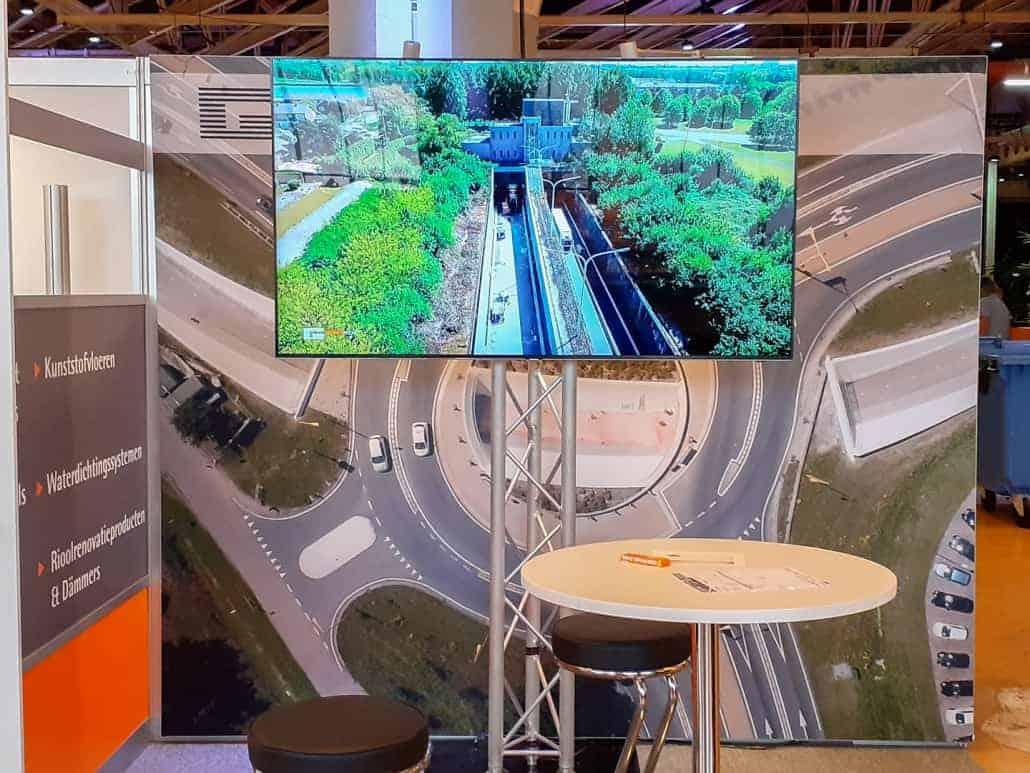 Verhuur 75 inch tv beeldscherm op beurstand voor het aspelen van video in loopmodus